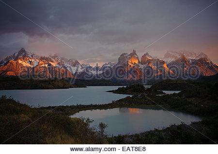 L'aube sur les montagnes et le lac Pehoe, dans le Parc National des Torres del Paine. Banque D'Images