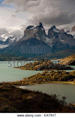 Au cours de l'aube Cuernos del Paine et Lago Pehoe. Banque D'Images