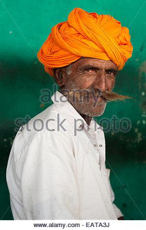 Un homme du Rajasthan avec une grande moustache et colorée typiquement turban. Banque D'Images