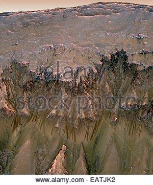 Les changements dans les ravins sur au sud du cratère Newton puisse fournir la preuve de couler de l'eau sur Mars. Banque D'Images