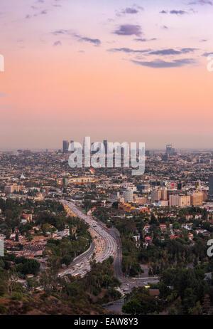Los Angeles city centre-ville à travers Hollywood. Autoroute 101. Avis de Hollywood Bowl surplombent à Mulholland Banque D'Images