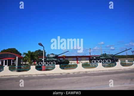Des chars à l'entrée de Playa Giron Museum. Banque D'Images