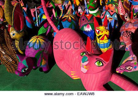 Les figures sont peintes de couleurs vives cat à vendre dans un marché à Oaxaca. Banque D'Images