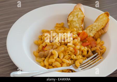 Tomate italienne pâtes servis avec du pain à l'ail Banque D'Images