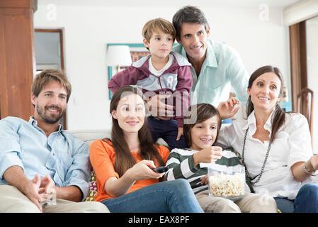 Regarder la télévision ensemble famille