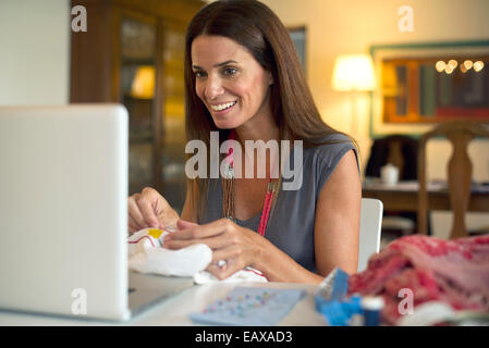 Woman looking at laptop computer pendant que Banque D'Images