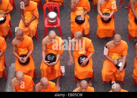Bangkok, Thaïlande. 23 Nov, 2014. Les moines bouddhistes thaïlandais de la préparation avant une cérémonie de masse Banque D'Images