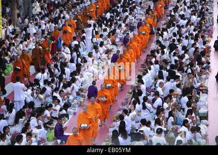 Bangkok, Thaïlande. 23 Nov, 2014. Les moines bouddhistes thaïlandais à pied à la ligne de collecter des aliments Banque D'Images