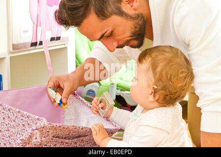 Père avec bébé à la maison