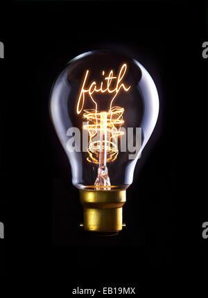 La religion, la foi concept dans une ampoule à incandescence. Banque D'Images