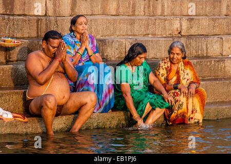 Pèlerins hindous priant et le bain dans le fleuve saint Ganges, Varanasi, Uttar Pradesh, Inde Banque D'Images