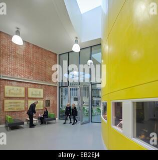 Darwen Vale High School, Blackburn, Royaume-Uni. Architecte: John McAslan & Partners, 2013. Couloir d'entrée avec Banque D'Images