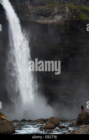 Un touriste est debout à la cascade sur la Fossá Haifoss í Thjósárdal river, la vallée de Thjorsardalur, région Banque D'Images