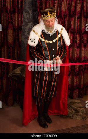 Royal king couper un ruban rouge avec des ciseaux Banque D'Images
