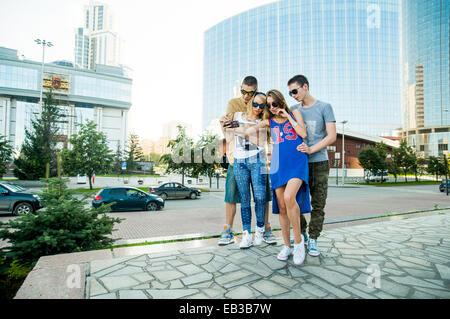 Portrait des couples prendre ensemble en selfies city Banque D'Images