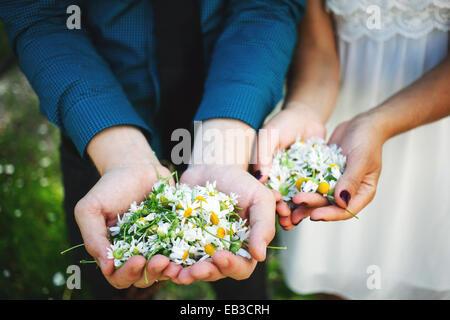 USA (Minnesota), Comté de Hennepin, Minneapolis, gros plan de mains de jeune couple, chaque exploitation poignée Banque D'Images