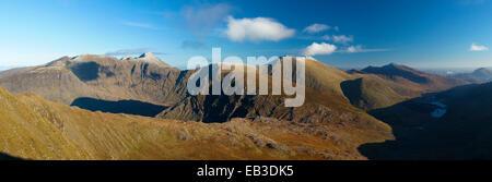 Vue sur le Carrauntoohil et Macgillycuddy Reeks de Stumpa Duloigh. La vallée noire, dans le comté de Kerry, Irlande. Banque D'Images