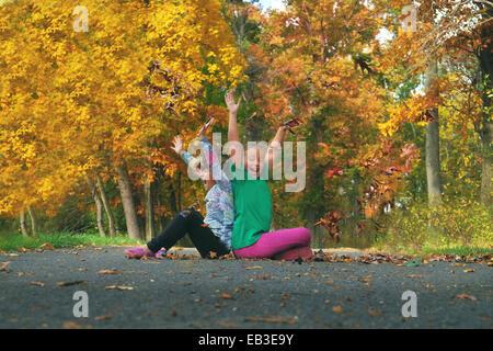 USA, Maryland, Howard County, Dayton, Girls (6-7, 8-9) à l'affiche dans le parc en automne Banque D'Images