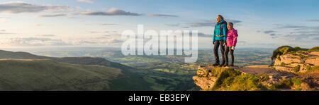 Vue panoramique donnant sur les randonneurs de paysage à distance Banque D'Images