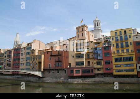 Les bâtiments de la vieille ville la ligne de l'Onyar rivière qui traverse le centre de la ville avec la cathédrale Banque D'Images
