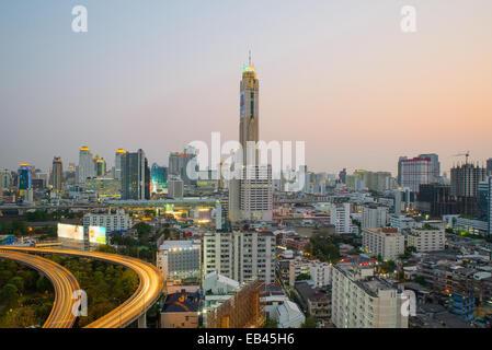 La ville de Bangkok au crépuscule avec le trafic principal Banque D'Images