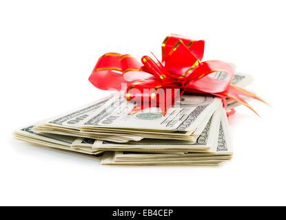 Prime de Noël Pile de Cash avec arc rouge isolé sur fond blanc. Banque D'Images