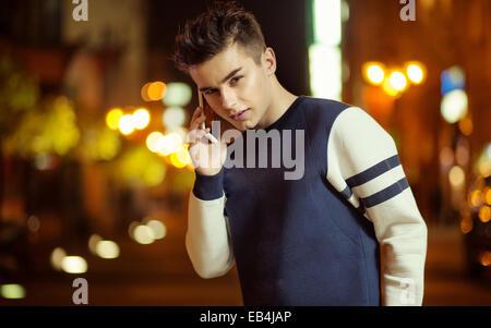 Teenage charmeur parler sur le smartphone Banque D'Images