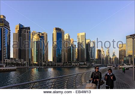 Une asiatique et une femme occidentale se promener dans le port de plaisance de Dubaï. La Marina de Dubaï est un Banque D'Images