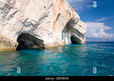 Korithi, Zante, îles Ioniennes, Grèce. Arches de calcaire formant des ouvertures pour les Grottes Blue au Cap Skinari. Banque D'Images