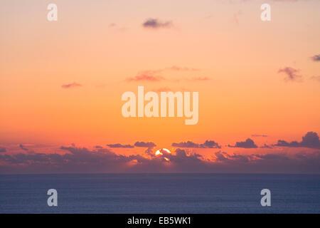 Keri, Zante, îles Ioniennes, Grèce. De soleil colorés sur la mer Ionienne. Banque D'Images