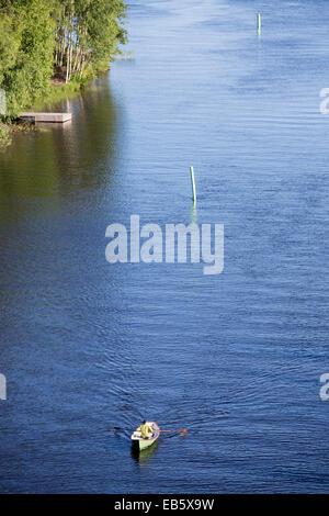 Une chaloupe à rames homme à Leppävirta river , Finlande Banque D'Images