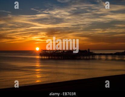 Coucher de soleil sur la jetée de Brighton, Angleterre, RU Banque D'Images