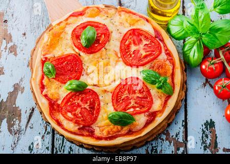 Pizza à la mozzarella et tomates Banque D'Images