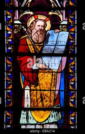 19e siècle vitrail représentant Moïse avec les tables de la Loi, à l'église Notre Dame, Sainte-Foy-la-Grande,