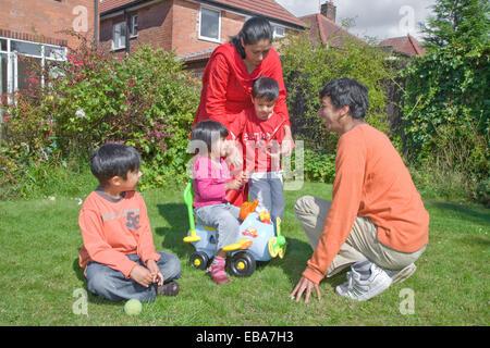 Jeune famille jouant dans le jardin, Banque D'Images