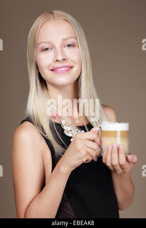 Le plaisir. Femme blonde holding tasse de café du matin