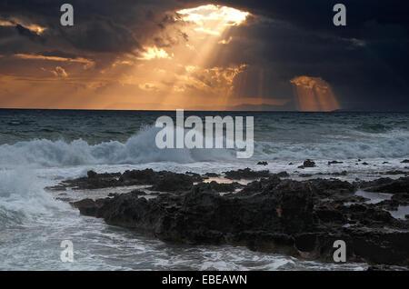 Tempête sur la mer avec beau coucher de soleil nature composition Grèce Banque D'Images