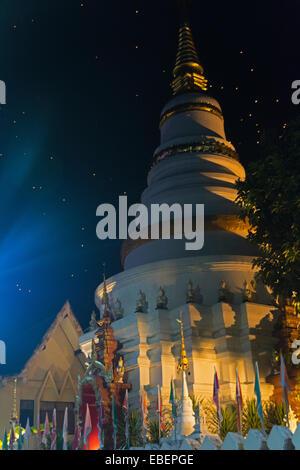 Vue de la procession Loy Krathong à Chiang Mai, dans le Nord de la Thaïlande Banque D'Images