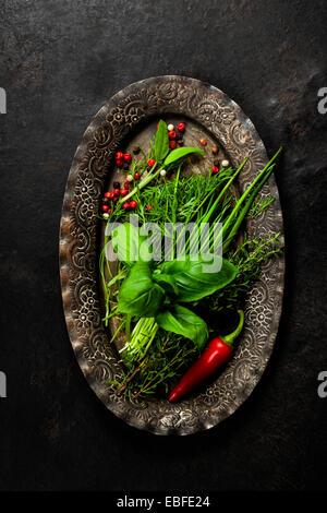 Herbes et épices sur plaque vintage Banque D'Images