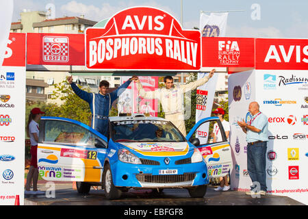 ISTANBUL, TURQUIE - 17 août 2014: Todor Slavov avec Renault Clio R3 voiture de l'équipe de rallye Bulbet dans Cérémonie Banque D'Images