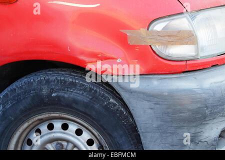 Vieille voiture endommagée en mauvais état close-up Banque D'Images