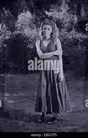 Femme dans une forêt (ancienne photo look) Banque D'Images