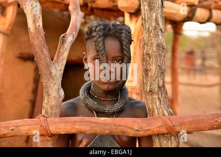 Jeune fille Himba avec coiffure typique, Omuramba, Kaokoland, Kunene, Namibie Banque D'Images