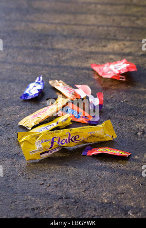 De bonbons vides jonchent la voie. Banque D'Images