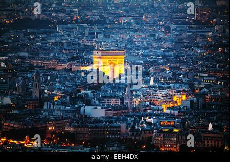 Vue aérienne de l'Arc de Triomphe de l'Etoile (Arc de Triomphe) à Paris la nuit Banque D'Images