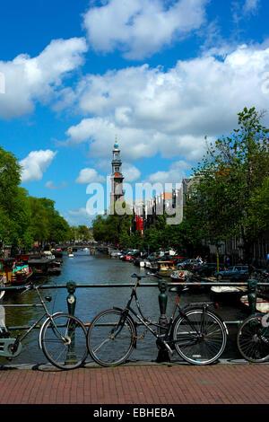 Des vélos sur le pont à Amsterdam Banque D'Images
