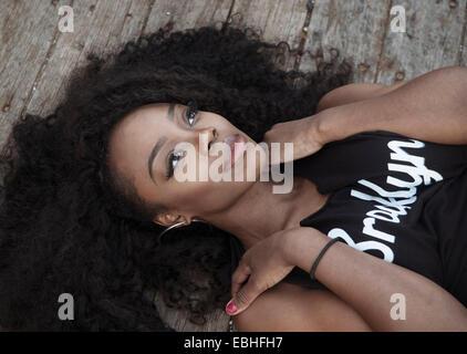 Jeune femme aux cheveux noirs se coucher Banque D'Images