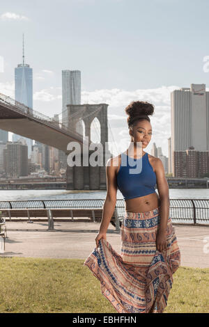 Jeune femme, pont de Brooklyn Park, New York, USA Banque D'Images