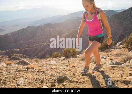 Femme de la randonnée, le parc national Joshua Tree, California, US Banque D'Images