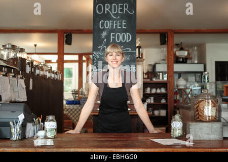 Portrait de femme shop assistant en country store cafe Banque D'Images